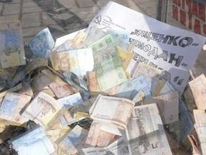 Ющенко передали собранные по всей стране деньги на авиабилет в один конец в США