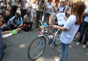 Янукович принял подаренный велосипед и передал журналистам угощения