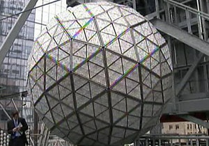 В Нью-Йорке установили новогодний хрустальный шар