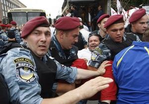 Депутат Киевсовета на Крещатике лег под милицейский автобус