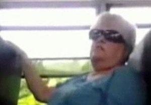 США: $200 тыс собраны в интернете для униженной старушки