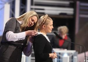 Тимошенко в прямом эфире позволила расстегнуть себе платье