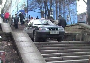 В центре Симферополя таксист заехал на пешеходную лестницу