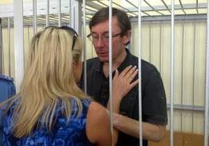 Адвокат просит суд освободить Луценко