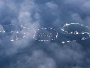 На Аляске десятки суден выстроили в океане три буквы