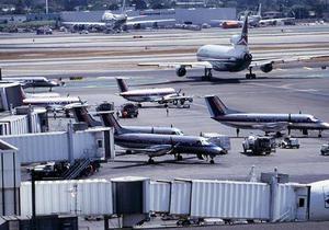 По прибытии в Лос-Анджелес командир и пассажир самолета выпали из него