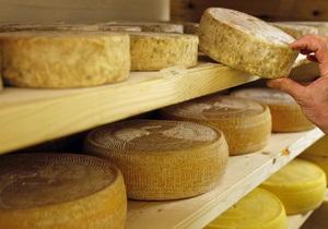 Беларусь может ограничить поставки сыра из Украины