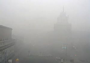 Сильный смог вновь окутал Москву, едкий дым стоит даже в метро