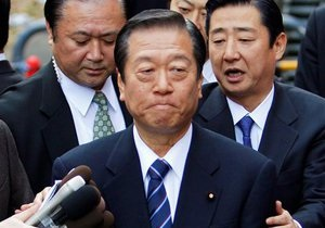 В Японии допрашивают главу правящей партии