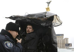 Фотогалерея: Тент на прочность. Милиция пресекла попытку установить палатки на Майдане