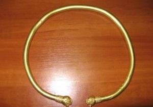 Крымчанин пытался вывезти в РФ античное золотое украшение весом около килограмма