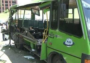 В Харькове столкнулись автовышка и автобус: погибла женщина