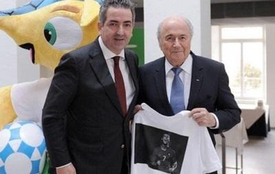 Президенту FIFA подарили футболку с изображением Роналду