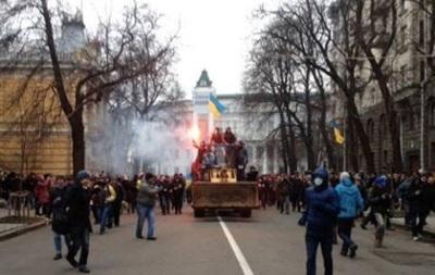 Митингующие начали штурм Администрации президента