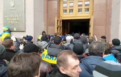 Митингующие проникли в здание КГГА - ТВ