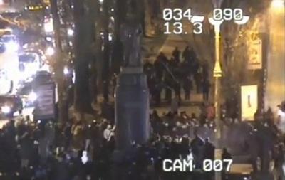 Группа в масках попыталась снести памятник Ленину в центре Киева