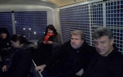 Возле посольства Украины в Москве полиция задержала 11 сторонников Евромайдана, в том числе Немцова