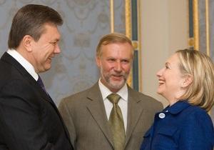 Янукович рассказал Клинтон, что его работа иногда выглядит жесткой