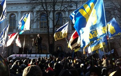 Неизвестный за рулем автомобиля пытался прорвать оцепление милиции возле Администрации Януковича