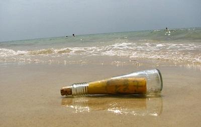 Письмо в бутылке - Чилийский подросток шел в школу по пляжу, когда обнаружил торчавшую из песка бутылку с письмом