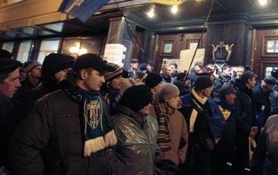 Участники Евромайдана пикетируют офисы пяти крупнейших украинских телеканалов