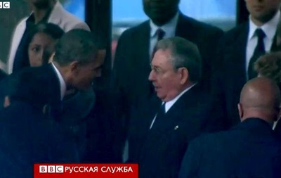 Обама и Кастро пожали друг другу руку на церемонии в ЮАР
