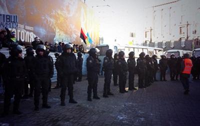 Евромайдан от митинга сторонников Партии регионов отгородили техникой и Беркутом