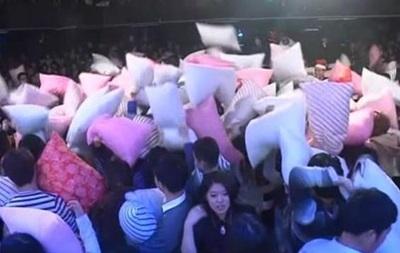 Массовый бой подушками в Китае