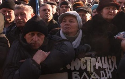 Около тысячи протестующих начали движение в сторону резиденции Януковича