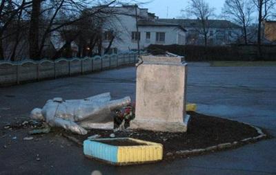 Погром Леніних. У Бердичеві знесли пам ятник вождю, в Одеській області - облили фарбою