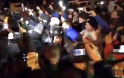 На проспекте Победы продолжается противостояние митингующих с Беркутом: бойцы покидают автобусы