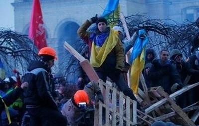 Киевляне с плакатами пытались разобрать одну из баррикад Евромайдана на Крещатике