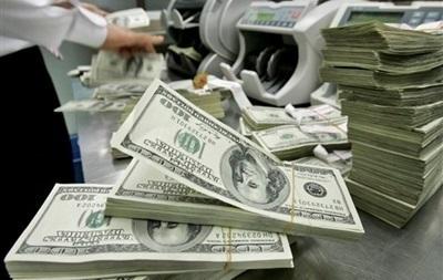 Торги на валютном рынке начались с незначительного падения доллара и евро