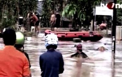 В результате наводнения в Индонезии погибли 13 человек