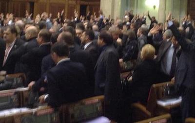 Парламентское большинство приняло ряд законов поднятием рук, без обсуждения