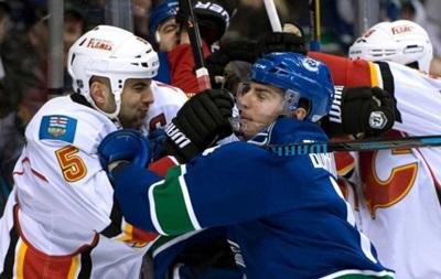 Команды NHL устроили массовую драку на второй секунде матча