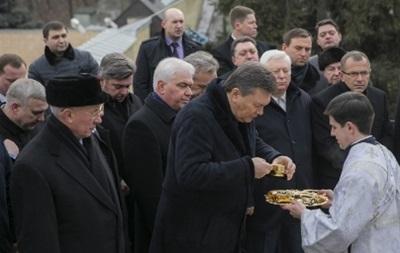 Янукович присутствовал на чине Великого освящения воды и снял ограничения на территории Лавры