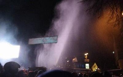 Милиция подогнала на улицу Грушевского водомет