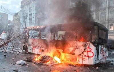На Грушевского загорелась часть баррикады, возведенной митингующими