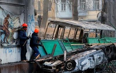 Митингующие делают новые баррикады из сожженной техники