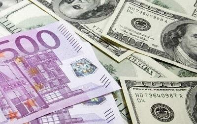 Евро снижается к основным  мировым валютам