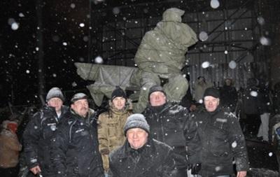 Памятник Валерию Лобановскому накрыли брезентом