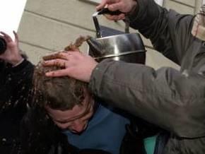 В центре Львова на головы людей полился шоколад
