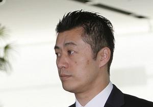 Японский министр отказался от зарплаты после того, как его подчиненный рассыпал радиоактивную землю
