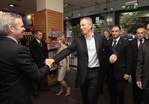 Тони Блэра во время презентации его мемуаров забросали яйцами