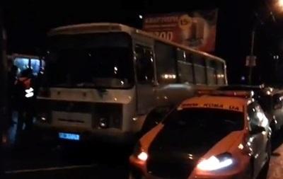 Винницкие таксисты помешали выезду в Киев автобусов с активистами