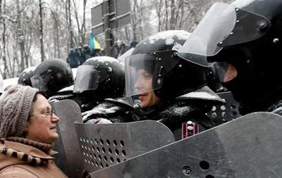 На Грушевского митингующие продолжают укреплять баррикады