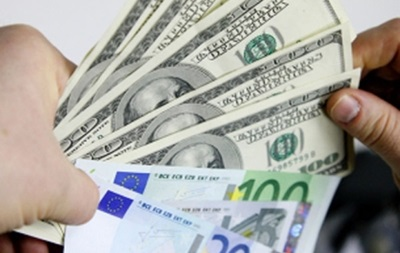 Торги долларом и евро на ММФБ открылись снижением курса рубля