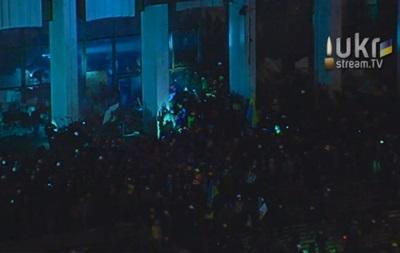 В Киеве протестующие пытаются прорваться в Украинский дом