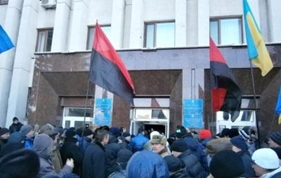 Митингующие высадили двери в мэрии Кременчуга